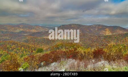 Chute dans le parc national de Shenandoah le long de Skyline Drive en Virginie Banque D'Images