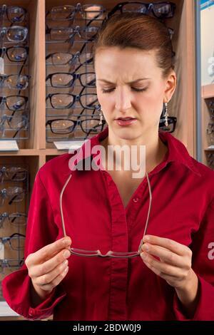 femme qui choisit des lunettes de prescription Banque D'Images