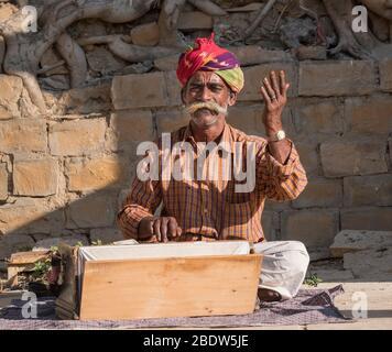 Musicien local au lac Gadisar Jaisalmer Rajasthan Inde