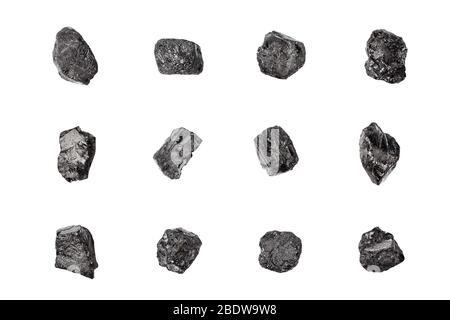 Pierres de charbon noires sur fond blanc isolées gros plan, collection de morceaux de charbon naturel, texture de roche anthracite, pépites de mine de charbon brut, groupe Banque D'Images