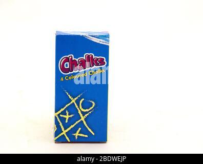 Alberton, Afrique du Sud - une boîte de craie colorée ArtBox isolée sur une image d'arrière-plan claire avec espace de copie en format horizontal Banque D'Images