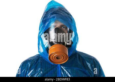 Homme dans le masque à gaz et costume de protection isolé sur un fond blanc. Concept de protection contre les attaques de virus Banque D'Images