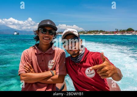 Portrait horizontal de deux hommes indonésiens travaillant sur le ferry rapide de fullongan, Indonésie. Banque D'Images