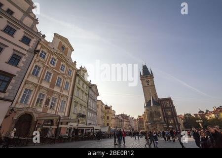 PRAGUE, TCHÉQUIE - 31 OCTOBRE 2019: Place de la Vieille Ville (Staromestske Namesti) avec un accent sur la tour de l'horloge de la vieille ville, un des principaux sites de Pragu