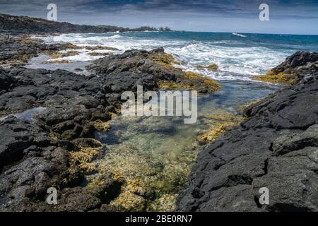 Rocky Beach en direction du sud vers Kona sur la Grande île d'Hawaï.