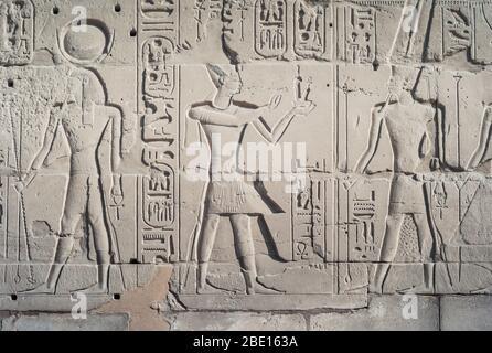 Bas-relief de Pharaon Ramesses II livrant Maat sacrifice à Dieu Amun Ra, mur extérieur du temple de Karnak, Louxor, Egypte Banque D'Images