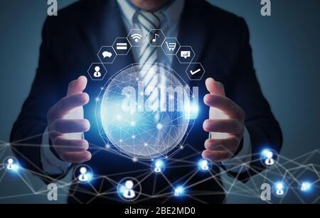 innovation mondiale et concept de technologie de mise en réseau, homme d'affaires tenant la planète sociale, réseau se connecter dans le monde entier avec des données d'icône d'entreprise