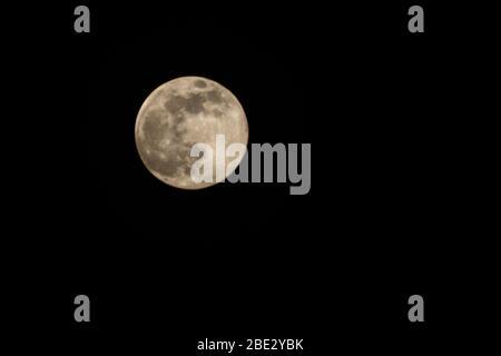 Gros plan d'une pleine lune sur le côté gauche de l'image (orientation paysage) Banque D'Images