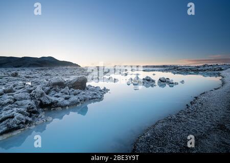 Magnifique paysage et coucher de soleil près du spa à source chaude Blue Lagoon en Islande Banque D'Images