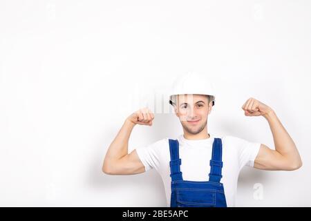 Un gars bien joyeux et fort dans un casque sur fond blanc. Placer pour le texte Banque D'Images