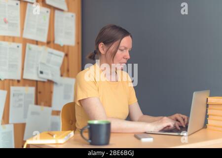 Femme indépendante travaillant à domicile sur ordinateur portable, femme télétravail à domicile, foyer sélectif