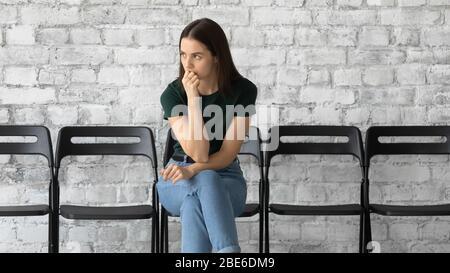 La femme requérante inquiète se sent stressée avant l'entrevue