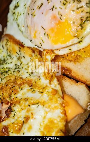 Sandwichs avec œufs frits avec aneth et sauce sur pain de blé. Gros plan Banque D'Images