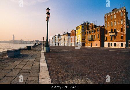 Vue tranquille le long de la Riva dei Sette Martiri avec les bâtiments de front de mer, Riva déserte et le Campanile de San Marco, Castello, Venise, Italie