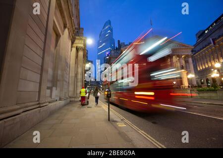 Le bus londonien qui passe devant la Banque d'Angleterre avec un nettoyeur de rue et un barrow, dans la rue Threadneedle Banque D'Images