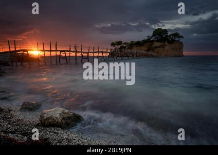 Magnifique lever de soleil, juste avant les pluies de tempête. La célèbre île Cameo. Une belle petite île avec pont en bois et eau turquoise. Zante Banque D'Images