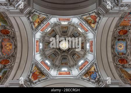 Vue sur le plafond de la nef et du dôme principaux à l'intérieur de la cathédrale de Salzbourg (Dom zu Salzburg), Salzbourg, Autriche.