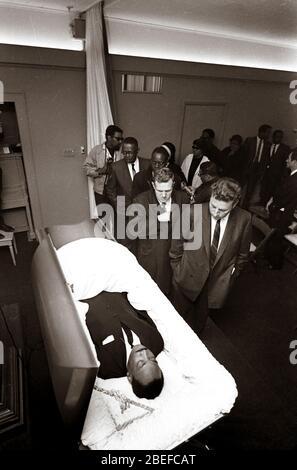 Les funérailles du ministre des droits civiques Martin Luther King Jr..Martin Luther King Jr. (Né Michael King Jr.; 15 janvier 1929 – 4 avril 1968) était un ministre et militant chrétien américain qui est devenu le porte-parole et chef de file le plus visible du Mouvement des droits civils de 1955 jusqu'à son assassinat en 1968. Banque D'Images