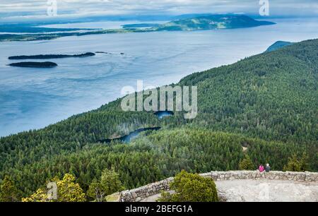 Vue depuis le sommet de la montagne constitutionnelle sur les lacs Twin sur l'île Orcas, Washington, partie de l'île San Juan Banque D'Images