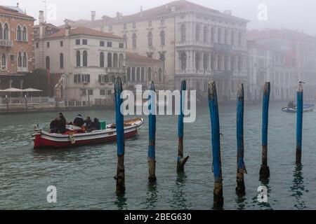 Venise, Italie. 9 janvier 2019. Bateaux traversant le Grand Canal dans le brouillard