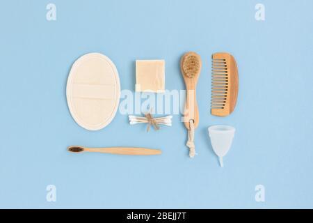 Disposition des accessoires zéro déchet pour l'hygiène personnelle sur un fond bleu. Concept sans plastique. Banque D'Images