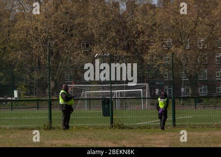 Mabley Green, Londres, Royaume-Uni. 14 avril 2020. Les membres du public peuvent être vus à Mabley Green, Hackney Wick, dans l'est de Londres; faire des exercices quotidiens, du skateboard et de la marche. Le public était en ordre de rester à la maison, seuls les voyages essentiels et l'exercice quotidien sont autorisés; en raison de l'éclosion de coronavirus. Crédit: Marcin Nowak/Alay Live News