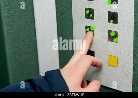 Infection virale sur les boutons de l'ascenseur. L'infection virale est transmise par des objets. Le coronavirus est transmis par des objets communs Banque D'Images