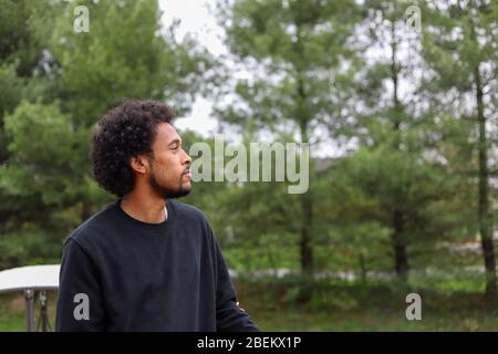 Portrait d'un homme afro-américain à l'extérieur