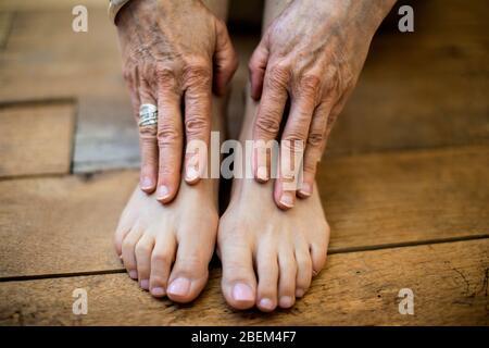 Gros plan sur les mains et les pieds d'une femme mûre