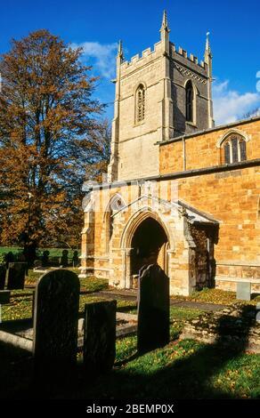 Tour de l'église et entrée de l'église Sainte-Marie, Ashby Folville avec ciel bleu au-dessus, Leicestershire, Angleterre, Royaume-Uni Banque D'Images