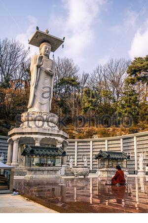 Bongeunsa Bouddha et la prière femme en rouge à Séoul un jour d'hiver en Corée du Sud Banque D'Images