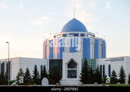 NUR-SULTAN, ASTANA, KAZAKHSTAN - 3 JUIN 2015 : une galerie nationale d'art « Astana » au coucher du soleil avec des rayons du soleil sur sa surface de miroir bleu Banque D'Images