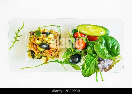 Une salade de légumes avocat et de lentilles est préparée pour le petit-déjeuner à la maison. Alimentation pour inactivité forcée. Régime sans calories. Banque D'Images