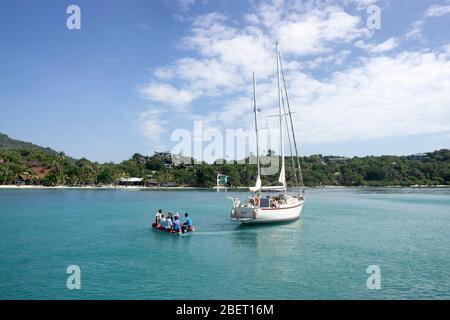 Un groupe de touristes a changé le yacht pour un bateau gonflable et se dirige sur une excursion à l'île de Pangnan en Thaïlande. Banque D'Images