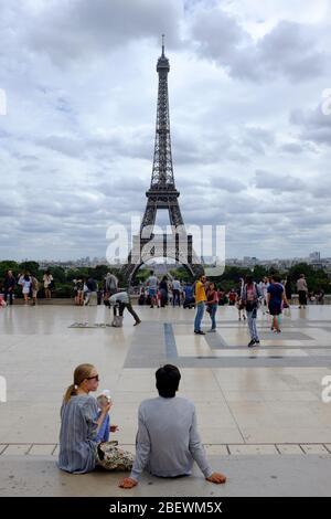 Un jeune couple sur la place du Trocadéro avec la Tour Eiffel en arrière-plan.Paris.France Banque D'Images