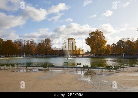 PARIS - 7 NOVEMBRE 2019 : jardin des Tuileries avec chaises et fontaine en automne ensoleillé à Paris Banque D'Images