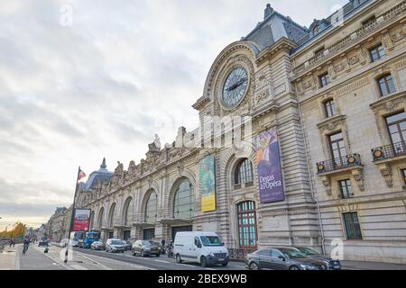 PARIS, FRANCE - 8 NOVEMBRE 2019 : Gare d'Orsay ou Musée d'Orsay et rue avec circulation en journée nuageux à Paris Banque D'Images