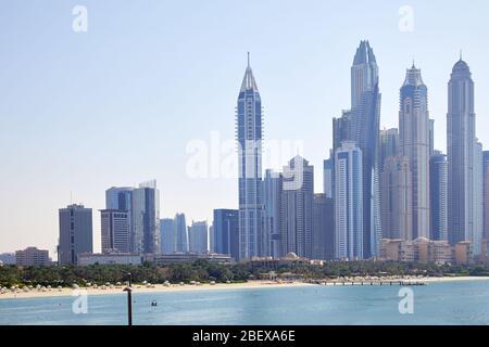 Gratte-ciel Dubai Marina avec mer et plage en une journée ensoleillée, ciel bleu clair à Dubaï Banque D'Images