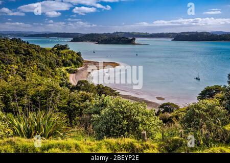 Baie de Kawau, vue sur les collines près de la ville de Snells Beach, péninsule de Mahurangi, région d'Auckland, Île du Nord, Nouvelle-Zélande Banque D'Images