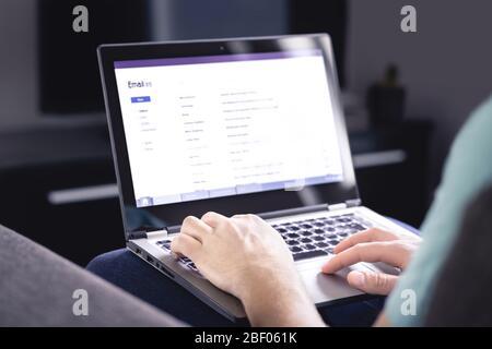 Boîte de réception des e-mails sur l'écran de l'ordinateur Liste des messages. Homme vérifiant l'e-mail reçu. Spam, indésirables et marketing numérique. Lire, répondre ou transférer des messages. Banque D'Images