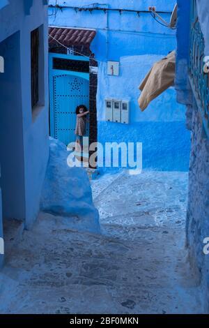 Chefchaouen, la ville bleue, nord du Maroc, 10 juin 2016. Un enfant à l'extérieur de sa maison, observe.