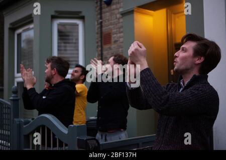 Londres, Royaume-Uni, 16 avril 2020: Les habitants de Streatham applaudissent, soufflent les sifflets et sonnent à 20:00 pour #ClapForOurCarers, un mouvement national où les gens font preuve d'appréciation pour le personnel du NHS et les soignants de première ligne et le personnel de soutien. Anna Watson/Alay Live News Banque D'Images