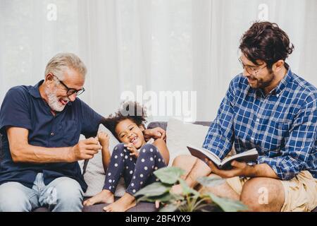 Heureux moment de famille aîné avec petite fille et fils d'enfant à la maison salon bonheur moment.
