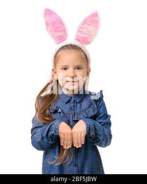 Jolie petite fille portant des oreilles de lapin sur fond blanc Banque D'Images