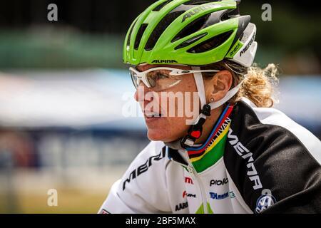 NOVE MESTO NA MORAVE, RÉPUBLIQUE TCHÈQUE - 26 MAI 2013. Gunn-Rita Dahle Flesjaa (NOR) course pour Team Merida au UCI Mountain Bike Cross Country Worl Banque D'Images