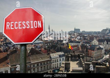 Signe d'arrêt de récession avec vue sur Bruxelles en Belgique. Krach financier dans l'économie mondiale en raison de la pandémie de coronavirus. Crise économique mondiale Banque D'Images