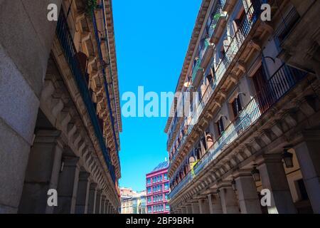 Rue centrale de Madrid , bâtiment résidentiel avec grand balcon