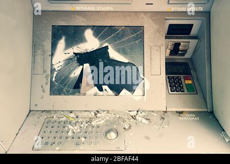 Guichet automatique fantôme endommagé, vandalisé et abandonné, en dehors de la commande, détruit la machine à espèces. Vue avant de la machine de guichet automatique hors service cassée avec des fissures Banque D'Images