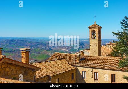 Vieilles maisons avec toits carrelés et clocher à Saint-Marin - Paysage