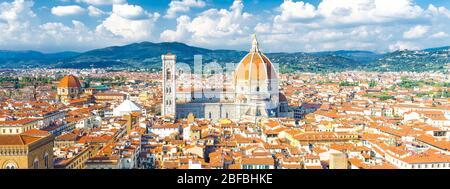 Vue panoramique sur la ville de Florence avec cathédrale Duomo Cattedrale di Santa Maria del Fiore, bâtiments avec toits en tuiles rouges orange et